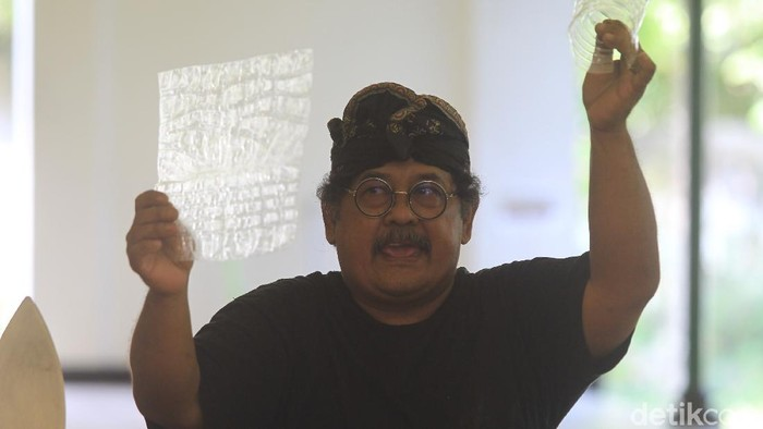 Seniman wayang asal Yogyakarta Sardi Beib sukses membuat kesenian wayang dari bahan limbah plastik lho. Penasaran?