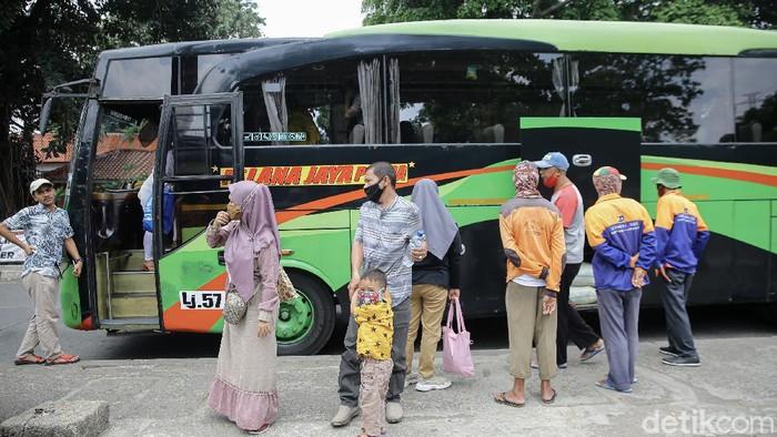 Suasana Terminal Kampung Rambutan, Jakarta Timur, Jumat (9/4/2021).