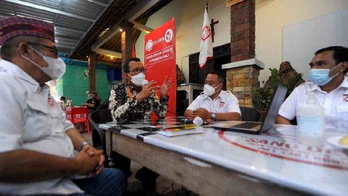 Direktur Utama PT Bank Tabungan Negara (Persero) Tbk. Haru Koesmahargyo menyerahkan secara simbolis bantuan corporate social reaponsibility (CSR) senilai Rp500 juta kepada Ketua Ikatan Keluarga Besar (IKB) Masyarakat Nusa Tenggara Timur (NTT)-Flobamora yang berada di Denpasar, Bali, Yuzdi Diaz, Jumat (9/4).