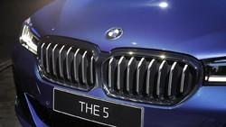 Lihat Lebih Dekat 2 BMW Seri 5 Terbaru, Pilih yang Sporty atau Elegan?