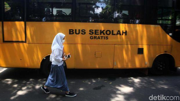 Sekolah tatap muka mulai diujicoba di Jakarta. Bus sekolah pun mulai dioperasikan.