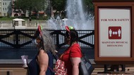 Ikuti Panduan CDC, Tempat Wisata di AS Longgarkan Aturan Pakai Masker
