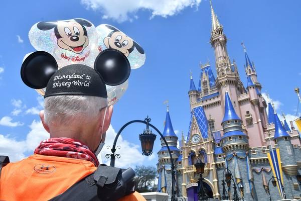 Dia pun disambut dengan sorak-sorai dan tepuk tangan dari para pemeran dan tamu Disney saat dia berlari masuk. Muchow pun merayakannya dengan kunjungan singkat di taman hiburan pada hari Senin.