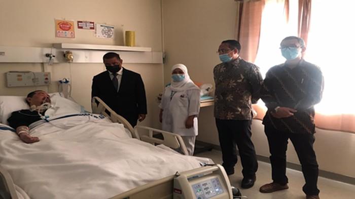 Duta Besar Republik Indonesia untuk Negara Qatar, Ridwan hassan menjenguk Arbi.