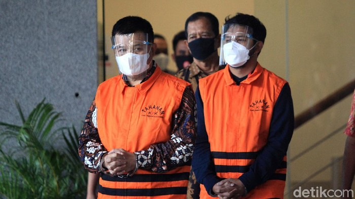 Tersangka kasus dugaan korupsi pengadaan barang COVID-19, Bupati Bandung Barat Aa Umbara Sutisna dan anaknya, Andri Birawa mengenakan rompi tahanan dengan tangan terborgol di di Gedung KPK Jakarta, Jumat (9/4/2021. Keduanya ditahan KPK dalam perkara dugaan suap terkait pengadaan barang tanggap darurat bencana pandemi COVID-19. Aa Umbara diduga menerima suap Rp 1 miliar terkait kasus ini.