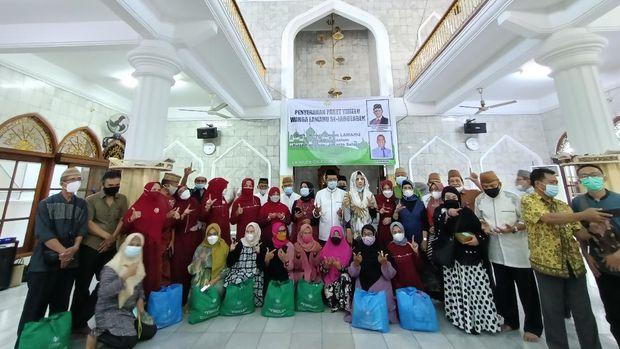 Wakil Ketua MPR RI Fadel Muhammad membagi-bagikan ribuan paket bantuan jelang Ramadhan, Jumat (9/4/2021).