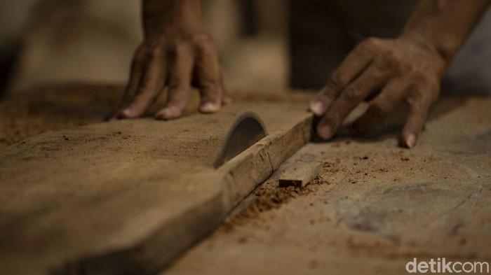 Pengrajin menyelesaikan produksi kursi di Bantul, Yogyakarta, Jumat (20/2/2021).