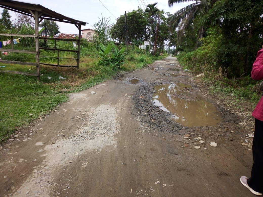 Jalan Bunga Ester yang rusak di Medan