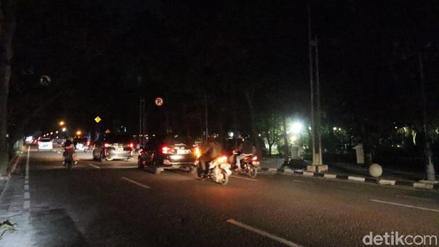 Jalan Wastukencana dekat Balai Kota Bandung gelap tanpa ada penerangan jalan.