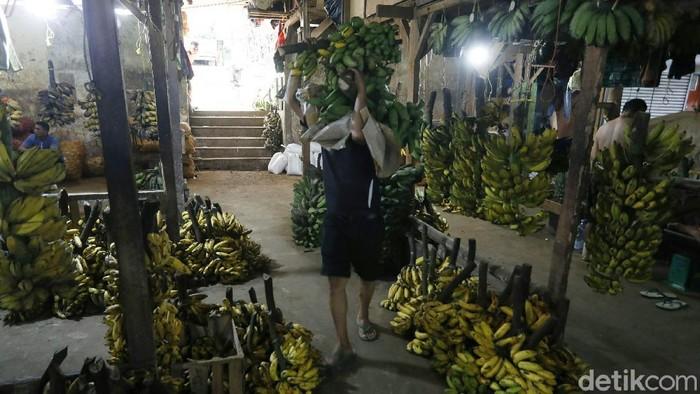 Permintaan pisang menjelang datangnya bulan puasa di pasar Induk Kramat Jati, Jakarta Timur, Jumat (09/04/2021), mengalami peningkatan.
