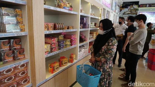 Oleh penjaga toko, diketahui bahwa penjualan oleh-oleh mulai membaik saat libur akhir tahun lalu.