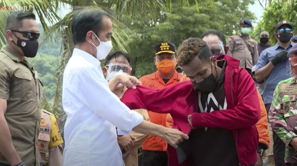 Potret Jokowi Berikan Jaketnya ke Warga Sumut hingga NTT