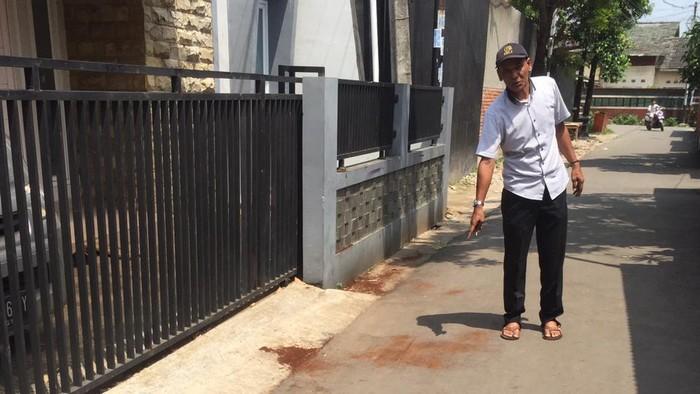 Ketua RT Mahligai menunjukkan lokasi perampokan bersenpi di Ciputat, Tangsel