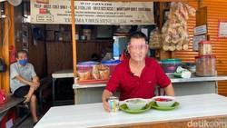 Dijual di Bawah Pohon, Ini Es Campur Ko Acia yang Legendaris