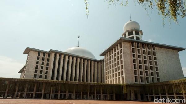 Masjid Istiqlal dikenal sebagai salah satu masjid terbesar di Asia Tenggara. Dibangun pada tahun 1961, Masjid Istiqlal didesain oleh oleh Friedrich Silaban. Diketahui, nama Istiqlal diambil dari bahasa Arab yang berarti merdeka. Andhika Prasetia/Detikcom.