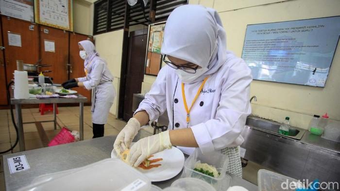 Para siswa SMKN 30 Jakarta jurusan Tata Boga/Restoran mengikuti ujian sertifikasi kompetensi (USK) 2021. Setiap siswa diminta membuat 1 porsi dengan 4 menu makanan.