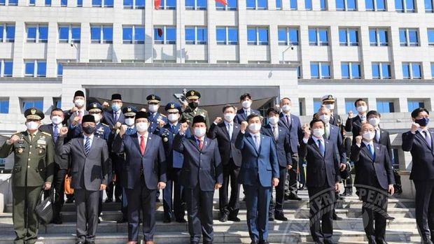 Menteri Pertahanan Bravo Subianto memberikan penghormatan kepada Korea Selatan (8/4/2021)