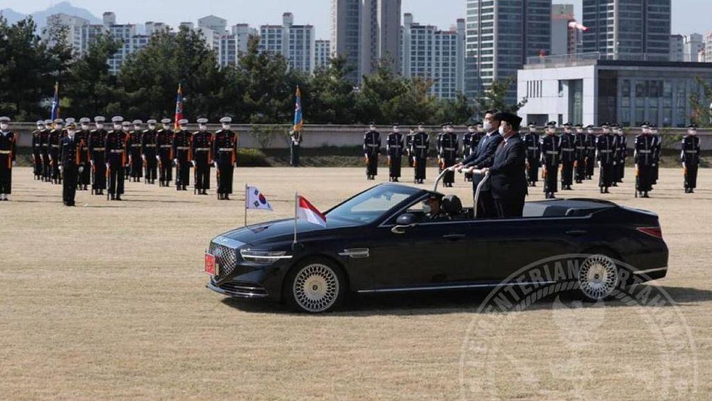 Momen Menhan Prabowo Naik Sedan Mewah Korea Selatan di Upacara Militer