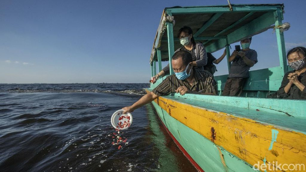 Momen Melepas Abu Jenazah di Laut Jakarta