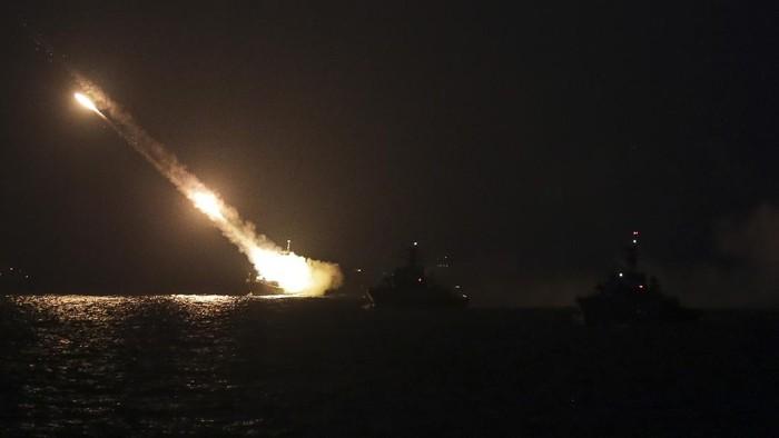 KRI Kujang-642 menembakan rudal C-705 ke target sasaran di perairan Natuna, Kepulauan Riau, Kamis (8/4/2021). TNI Angkatan Laut (AL) melaksanakan latihan operasi laut gabungan untuk menguji kesiapsiagaan peralatan tempur atau Alutsista di lapangan. ANTARA FOTO/Teguh Prihatna/Lmo/aww.