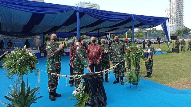 Panglima TNI Marsekal Hadi Tjahjanto meresmikan monumen Marsda TNI Anumerta Abdurachman Saleh yang didirikan di Wisma Aldiron Pancoran, Jaksel, Jumat (9/4/2021).