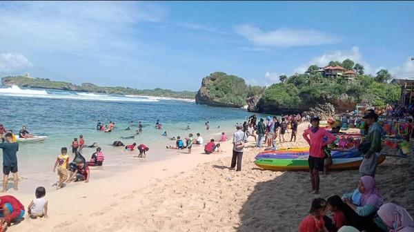Pihak tim SAR mengaku telah mencatat identitas wisatawan yang melanggar prokes. Mereka mengimbau agar wisatawan mengenakan masker selama berwisata di kawasan pantai.