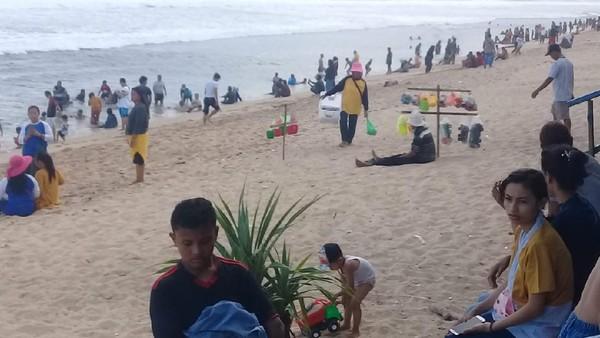 Selama libur panjang pekan lalu tercatat puluhan ribu wisatawan berkunjung ke Gunungkidul. Wisata pantai masih menjadi primadona wisatawan seperti pantai Baron dan Pulang Sawal atau Indrayanti.