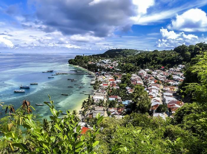 Warga memecahkan biji pala di Kepulauan Banda Naira, Maluku.Kepulauan Banda Neira jadi salah satu saksi bisu perjuangan Indonesia merdeka dari penjajah. Wilayah tersebut menyimpan kisah tentang rempah pala yang diperebutkan bangsa Eropa di abad ke-16 dan 17.