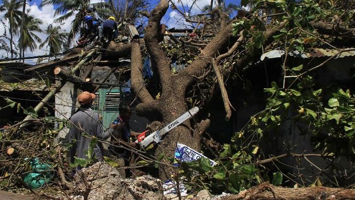 Atap SPBU roboh akibat badai Siklon tropis Seroja di Kota Kupang, NTT, Kamis (8/4/2021). Badan Penanggulangan Bencana Daerah (BPBD) Kota Kupang mencatat sebanyak 1.264 rumah mengalami rusak berat, satu orang meninggal dunia dan tujuh orang luka berat dampak dari angin kencang pada Minggu (4/4). ANTARA FOTO/Kornellis Kaha/hp.