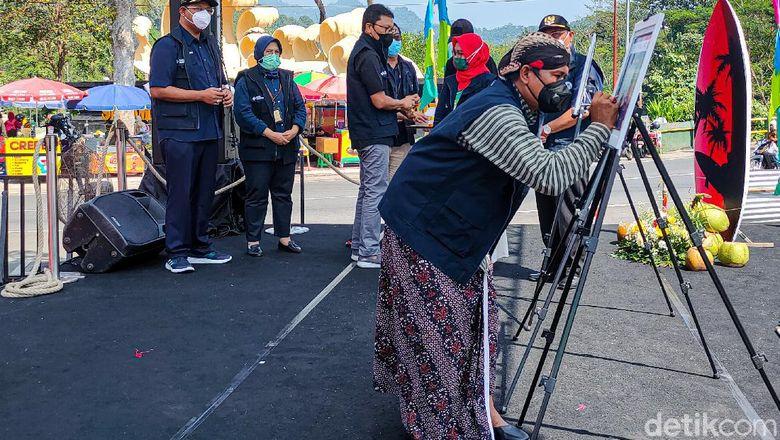 Penandatanganan piagam dalam Self Declare pelatihan dan pendampingan AKB Sumber Daya Manusia (SDM) Pariwisata Ekonomi dan Kreatif (Parekraf) di Gerbang Samudera Raksa, Kalibawang, Kulon Progo, Jumat (9/04/2021).