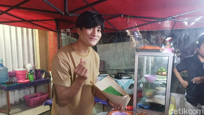 Penjual Nasi Kuning Mirip Lee Min Ho Ini Sekarang Banjir Tawaran Endorse