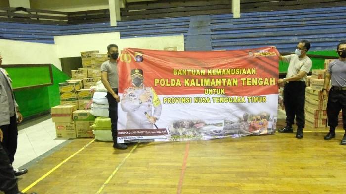 Polda Kalteng salurkan bantuan untuk korban bencana banjir NTT, Kamis (8/4/2021).