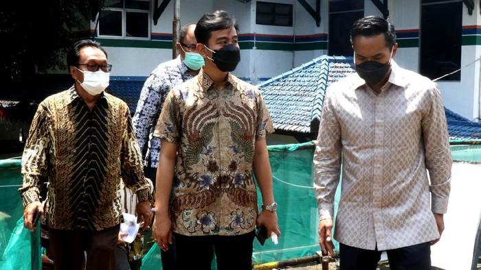 Calon Ketua Umum Kamar Dagang dan Industri (Kadin) Indonesia Anindya Bakrie (tengah) didampingi Ketua Kadin Solo Gareng S Haryanto (kiri) berbincang dengan Wali Kota Solo Gibran Rakabuming Raka (kanan) usai mengadakan pertemuan di Balai Kota, Solo, Jawa Tengah, Jumat (9/4/2021). Pertemuan itu antara lain membahas rencana membesarkan Sekolah Menengah Kejuruan (SMK) di Solo untuk kendaraan listrik agar bisa menjadi percontohan bagi kota/kabupaten bahkan propinsi lain.