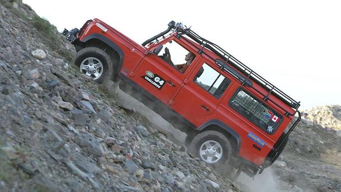 Buat pencinta adventure pasti tidak asing saat mendengar nama Land Rover. Yes, benar sekali mobil kelahiran Inggris ini kerap melahirkan mobil tangguh.