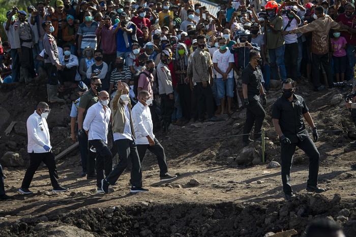 Presiden Joko Widodo (ketiga kanan) memberikan keterangan pers usai meninjau lokasi tanah longsor di Desa Nelelamadike, Ile Boleng, Kabupaten Flores Timur, Nusa Tenggara Timur (NTT), Jumat (9/4/2021). Tinjauan tersebut untuk memastikan penanganan pascabencana di lokasi tersebut dapat berjalan dengan baik. ANTARA FOTO/Aditya Pradana Putra/aww.