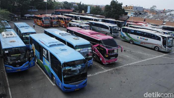 Sejumlah armada bus yang terparkir di Terminal Cicaheum.