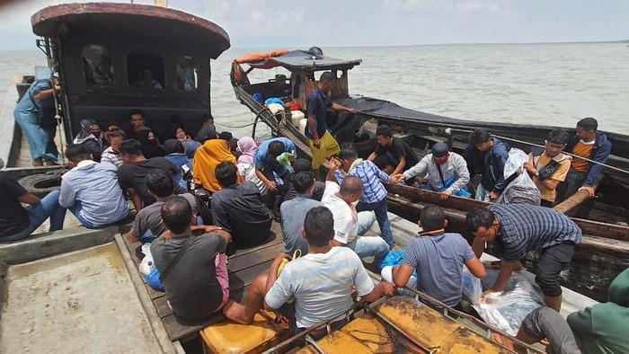 TNI Angkatan Laut (AL) mengamankan dua kapal nelayan yang mengangkut puluhan orang tenaga kerja Indonesia (TKI) ilegal di wilayah perairan Asahan, Sumatera Utara. Puluhan TKI ilegal ini ada yang hendak pergi dan pulang dari Malaysia.