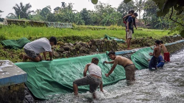 Sejumlah warga bergotong royong menjemur karpet mushalla di Karanganyar, Kabupaten Pekalongan, Jawa Tengah, Jumat (9/4/2021). Sejumlah pengurus masjid atau mushalla dari berbagai daerah di Pekalongan mulai berbenah mencuci karpet mushalla di sungai untuk menyambut datangnya bulan suci Ramadhan. ANTARA FOTO/Harviyan Perdana Putra/aww.