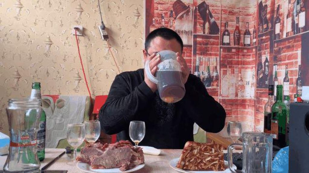 Waduh! Di China Ada Tren Baru Mukbang Minum Miras yang Berbahaya