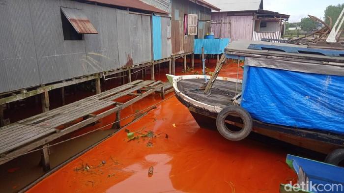 Air Sungai Mahakam berubah menjadi warna orange akibat kapal muat minyak sawit tenggelam (Suriyatman/detikcom).