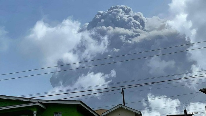This April 9, 2021, image courtesy Zen Punnett shows the eruption of La Soufriere Volcano from Rillan Hill in Saint Vincent. - La Soufriere erupted Friday for the first time in 40 years on the Caribbean island of Saint Vincent, prompting thousands of people to evacuate, seismologists said. The blast from the volcano, sent plumes of ash 20,000 feet (6,000 meters) into the air, the local emergency management agency said. The eruption was confirmed by the UWI center. (Photo by ZEN PUNNETT / Zen Punnett / AFP)