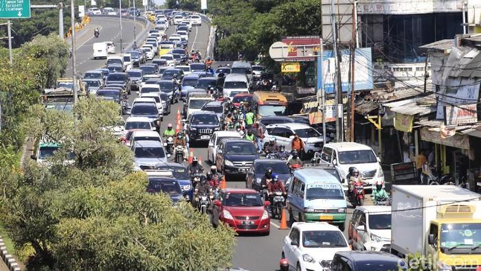 Arus lalu lintas di sejumlah ruas jalan di Kota Bandung mengalami kepadatan pada akhir pekan ini, Sabtu (10/4/2021).