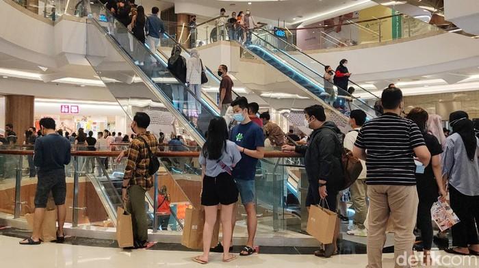 Suasana pusat perbelanjaan di Jakarta cukup ramai. Hal tersebut disebabkan oleh banyaknya diskon jelang bulan Ramadhan.
