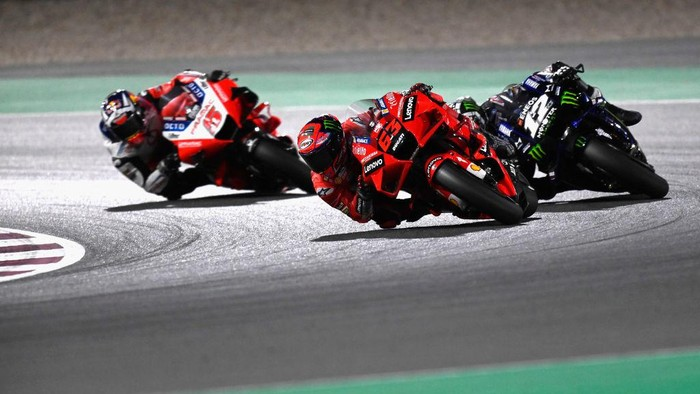 DOHA, QATAR - MARCH 28:  Francesco Bagnaia of Italy and Ducati Lenovo Team leads Maverick Vinales of Spain and Monster Energy Yamaha MotoGP Team and Johann Zarco of France and Pramac Racing during the MotoGP race during the MotoGP of Qatar - Race at Losail Circuit on March 28, 2021 in Doha, Qatar. (Photo by Mirco Lazzari gp/Getty Images)