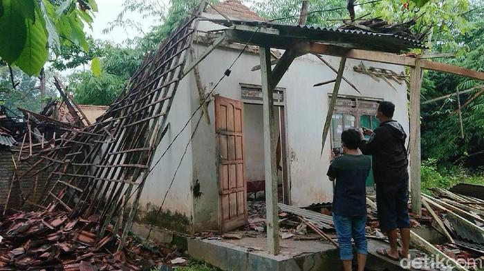 Rumah seorang wanita sebatang kara di Trenggalek roboh akibat gempa yang terjadi pukul 14.00 WIB. Beruntung penghuninya bisa menyelamatkan diri.