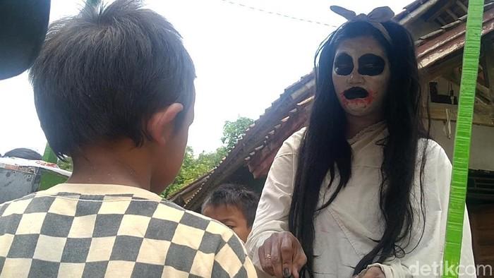 Sosok berpenampilan kuntilanak dan cekikikan keliling kampung di Kabupaten Pekalongan, Jawa Tengah. Ternyata sosok kuntilanak itu penjual jajan papeda keliling.