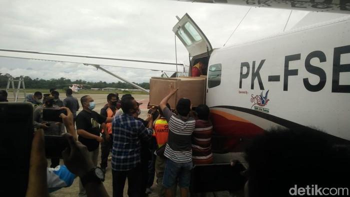 Jenazah 2 guru korban penembakan KKB tiba di Timika (Saiman/detikcom).