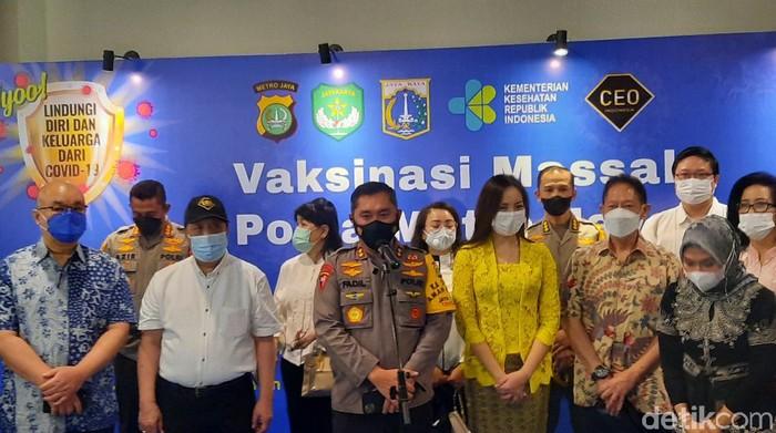 Kapolda Metro Jaya, Irjen Fadil Imran meninjau vaksinasi di Mal Kokas (Yogi/detikcom)