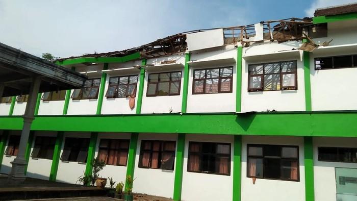 Sejumlah karyawan dan tamu hotel The Balava keluar untuk menyelamatkan diri saat terjadi gempa bumi di Malang, Jawa Timur, Sabtu (10/4/2021). Badan Meteorologi Klimatologi dan Geofisika (BMKG) mencatat titik pusat gempa terjadi di 82 km sebelah barat Kabupaten Malang dengan kekuatan 6.7 SR serta berlangsung selama 30 detik. ANTARA FOTO/Ari Bowo Sucipto/aww.