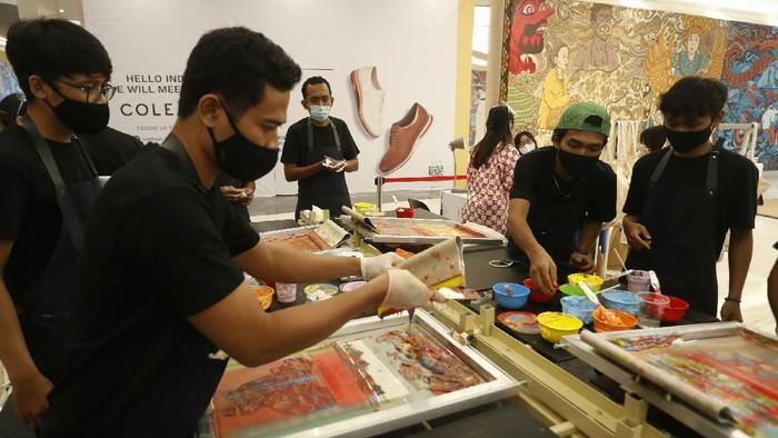 Tiga seniman visual Muchlis Fachri (Muklay), A.A.G Airlangga (Tutu), dan Diela Maharanie, berkolaborasi dalamA heART for Jakarta.